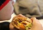 Barn äter hamburgare