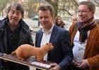 Ministern för djurvälfärd tackas med chokladmink av GAIA